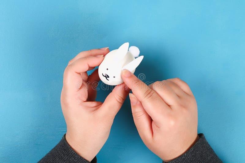 Κουνέλι Diy από τα αυγά Πάσχας στο μπλε υπόβαθρο Ιδέες δώρων, ντεκόρ Πάσχα, άνοιξη χειροποίητος στοκ φωτογραφίες