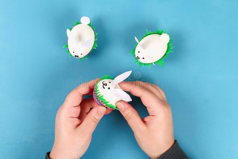 Κουνέλι Diy από τα αυγά Πάσχας στο μπλε υπόβαθρο Ιδέες δώρων, ντεκόρ Πάσχα, άνοιξη χειροποίητος στοκ εικόνα με δικαίωμα ελεύθερης χρήσης