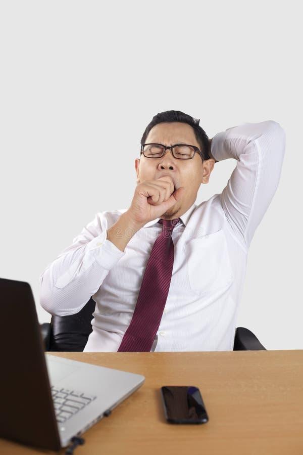 Κουρασμένος νυσταλέος ασιατικός επιχειρηματίας που έχει καταπονημένο στοκ φωτογραφία με δικαίωμα ελεύθερης χρήσης