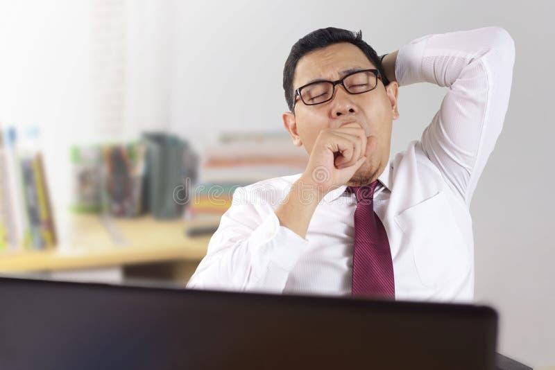 Κουρασμένος νυσταλέος ασιατικός επιχειρηματίας που έχει καταπονημένο στοκ εικόνες