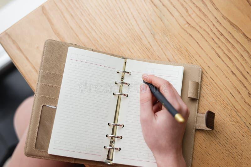 Κράτηση ενός ημερολογίου Σημαντικές ημερομηνίες αρχείων και δακτυλογραφημένος ένα σημειωματάριο στοκ φωτογραφίες