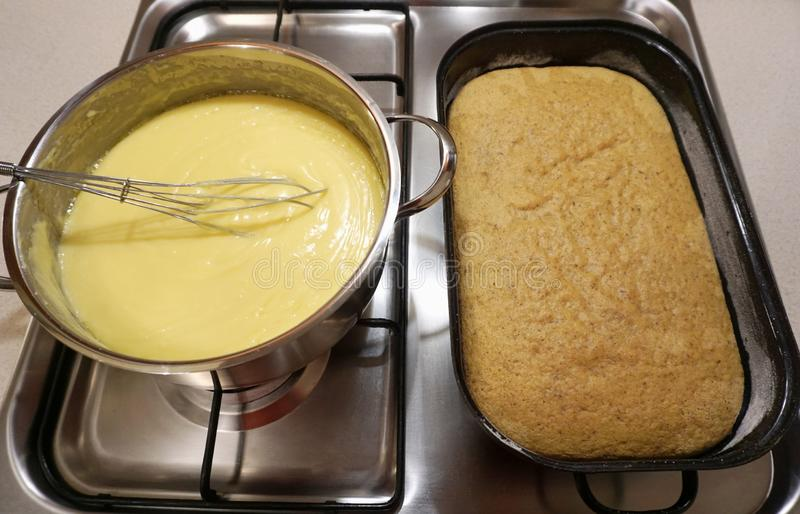 Κρέμα βανίλιας ζύμης και φρέσκο ψημένο κέικ μπισκότων σε μια σόμπα στην κουζίνα στοκ εικόνες με δικαίωμα ελεύθερης χρήσης