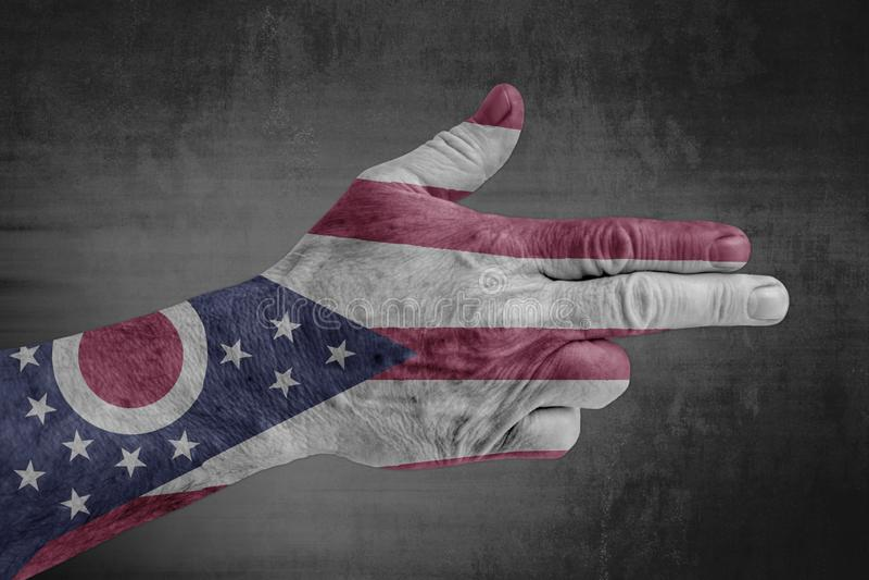 Κρατική σημαία του Οχάιου που χρωματίζεται σε ετοιμότητα αρσενικό όπως ένα πυροβόλο όπλο στοκ εικόνα