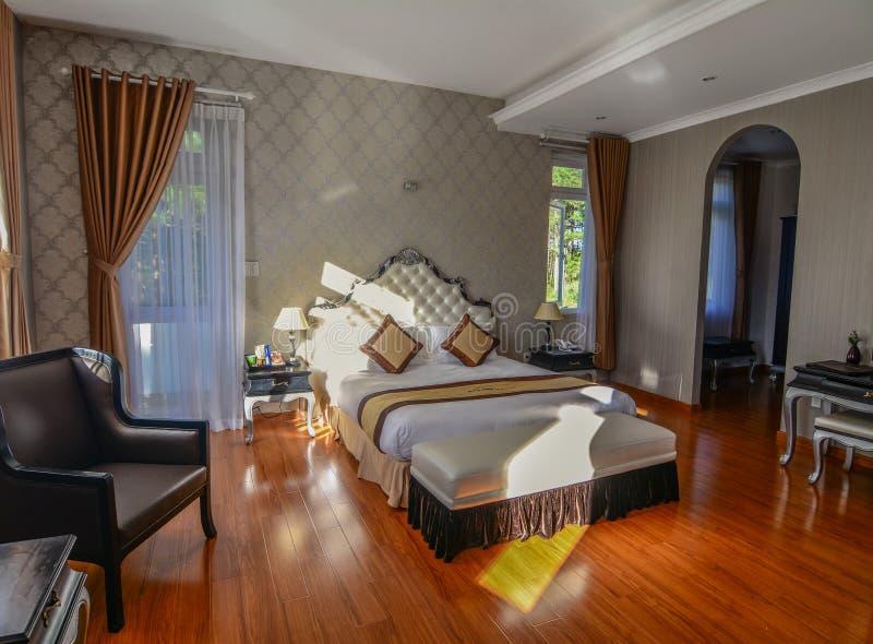 Κρεβατοκάμαρα στο ξενοδοχείο πολυτελείας σε Dalat, Βιετνάμ στοκ φωτογραφίες με δικαίωμα ελεύθερης χρήσης