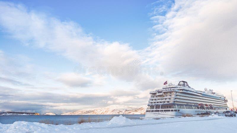 Κρουαζιερόπλοιο που ελλιμενίζεται στη Νορβηγία στοκ φωτογραφία με δικαίωμα ελεύθερης χρήσης
