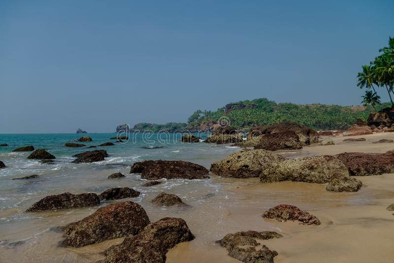 Κρυμμένη παραλία άμμου με τους φοίνικες κοντά στην παραλία Agonda, κράτος Goa, Ινδία στοκ φωτογραφία με δικαίωμα ελεύθερης χρήσης