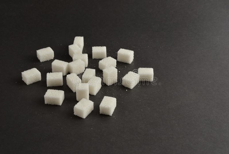 Κύβοι ζάχαρης στο μαύρο υπόβαθρο στοκ φωτογραφία