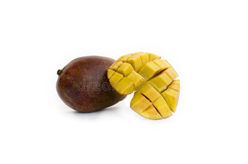 Κύβοι μάγκο και φρούτα μάγκο που απομονώνονται σε ένα άσπρο υπόβαθρο στοκ εικόνες