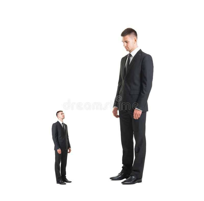 Κύριος τιμωρώντας εργαζόμενος πέρα από το μαύρο υπόβαθρο Επιχειρηματίας και κατώτερος στοκ εικόνα