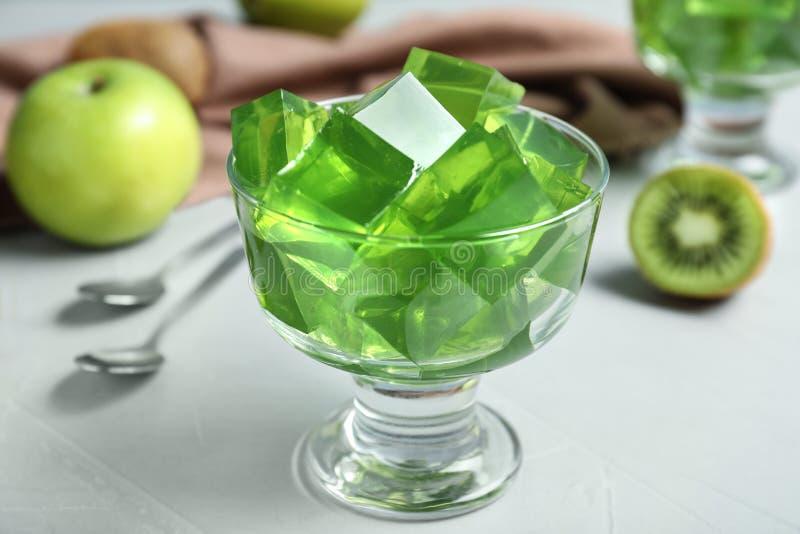 Κύπελλο με την πράσινη ζελατίνα φρούτων στοκ φωτογραφίες με δικαίωμα ελεύθερης χρήσης