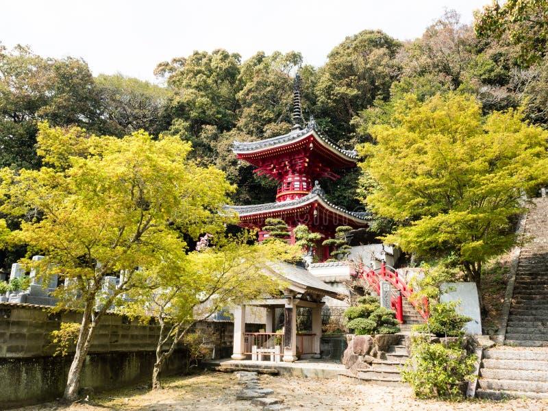 Κόκκινη βουδιστική παγόδα σε Konsenji, ναός αριθμός 3 στο προσκύνημα Shikoku στοκ φωτογραφίες