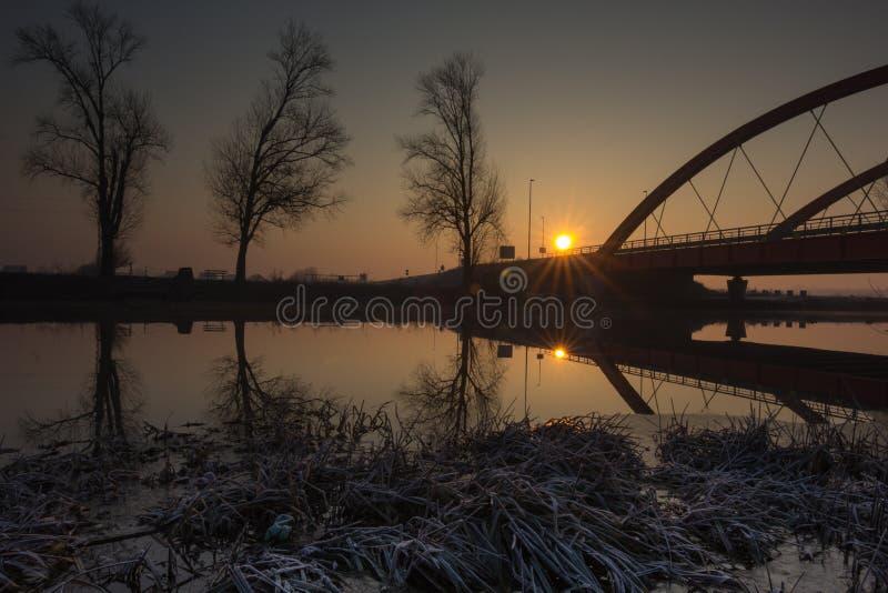 Κόκκινη γέφυρα πέρα από τον ποταμό Bosut σε Vinkovci, Κροατία στοκ φωτογραφίες