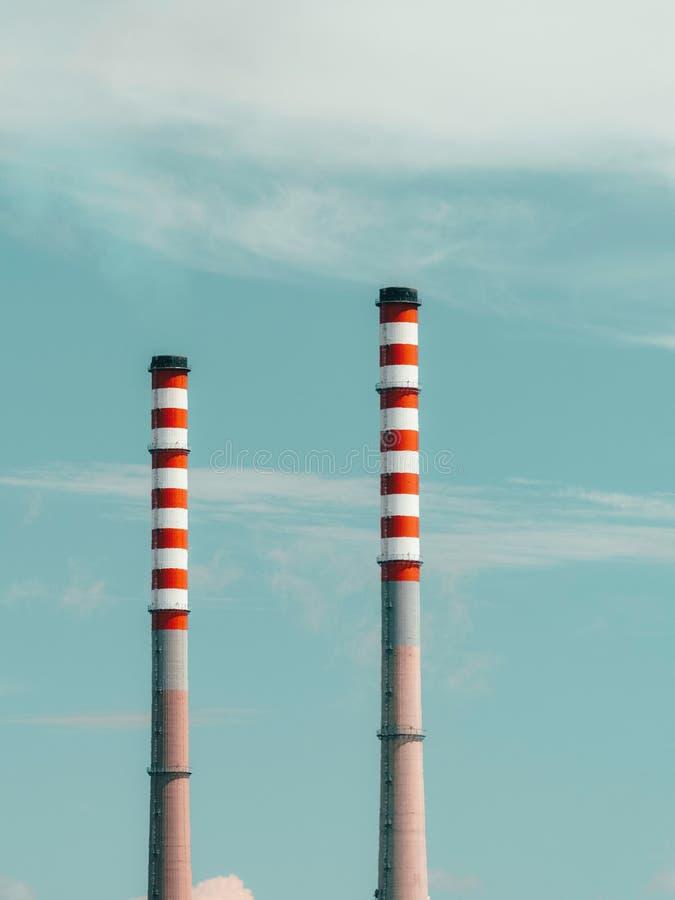 Κόκκινη και άσπρη καπνοδόχος των εγκαταστάσεων παραγωγής ενέργειας στοκ φωτογραφίες με δικαίωμα ελεύθερης χρήσης