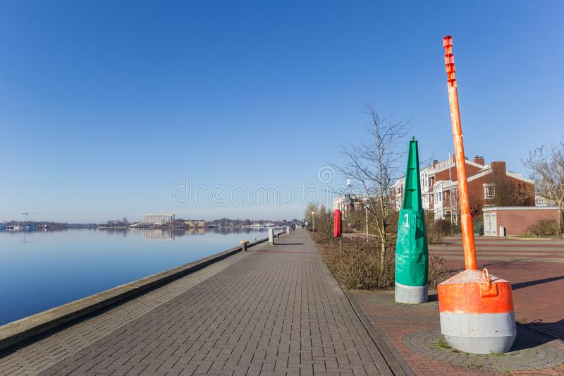Κόκκινος και πράσινος σημαντήρας στο Bontekai σε Wilhelmshaven στοκ εικόνα με δικαίωμα ελεύθερης χρήσης