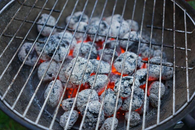 Κόκκινος - καυτός καίγοντας ξυλάνθρακας που προετοιμάζεται για το ψήσιμο στη σχάρα, σχάρα σχαρών στοκ εικόνα