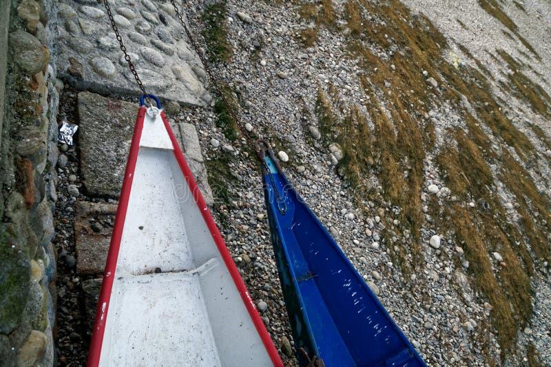 Κόκκινων και μπλε βάρκες ξηρασίας ποταμών, χωρίς οφειλόμενη παγκόσμια αύξηση της θερμοκρασίας λόγω του φαινομένου του θερμοκηπίου στοκ εικόνα