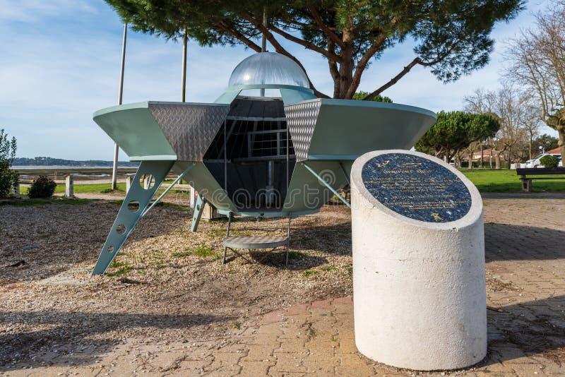 """Κόλπος του Αρκασόν, Γαλλία Το πετώντας πιατάκι του """"λιμένα UFO """"Ares, κοντά στο κουνάβι ΚΑΠ στοκ φωτογραφίες"""