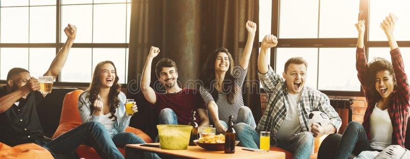 Κόμμα των οπαδών ποδοσφαίρου φίλων στοκ εικόνα με δικαίωμα ελεύθερης χρήσης