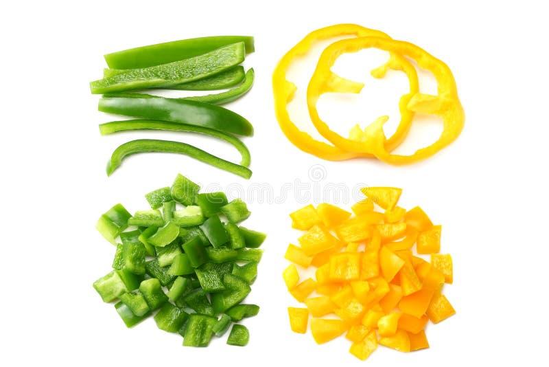 κόψτε τις φέτες του πράσινου και κίτρινου γλυκού πιπεριού κουδουνιών που απομονώνεται στην άσπρη τοπ άποψη υποβάθρου στοκ εικόνα με δικαίωμα ελεύθερης χρήσης