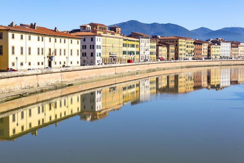 Κτήρια στην Πίζα που απεικονίζεται στον ποταμό Arno στοκ εικόνες με δικαίωμα ελεύθερης χρήσης