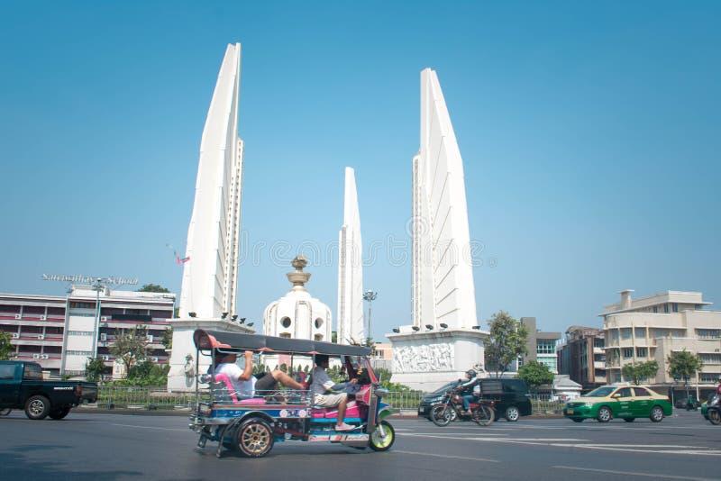 Κυκλοφορία γύρω από το μνημείο δημοκρατίας στη Μπανγκόκ Ταϊλάνδη στοκ εικόνες