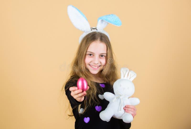 Κυνήγια αυγών Πάσχας ως τμήμα του φεστιβάλ Προέλευση του λαγουδάκι Πάσχας Σύμβολα και παραδόσεις Πάσχας Εύθυμο παιδί με το μαλακό στοκ φωτογραφία με δικαίωμα ελεύθερης χρήσης
