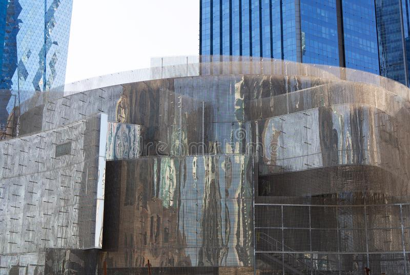 Κυρτά φύλλα του ενωμένου στενά πλέγματος ενισχύοντας φραγμών για το σύγχρονο σκελετό οικοδόμησης με τους ουρανοξύστες στο υπόβαθρ στοκ φωτογραφία με δικαίωμα ελεύθερης χρήσης