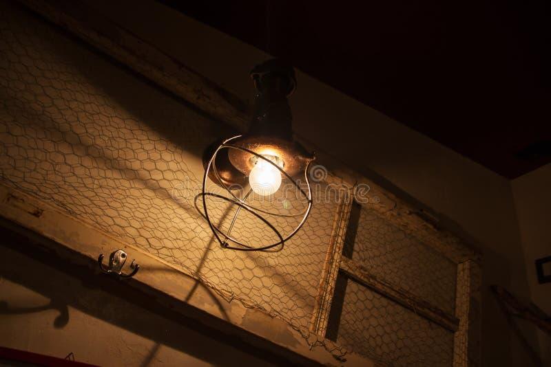 Λάμπα φωτός και λαμπτήρας στο ύφος grunge θερμή φωτογραφία τόνου στοκ εικόνες με δικαίωμα ελεύθερης χρήσης