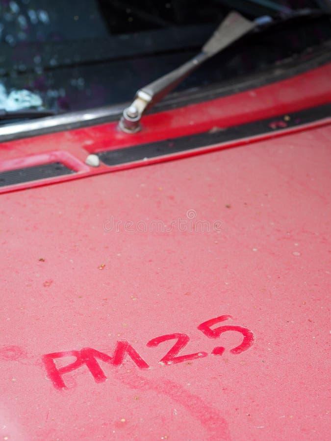Λέξη ΠΡΩΘΥΠΟΥΡΓΟΣ 2 5 γραπτή χέρι σημείωση για την άσπρη αγροτική κουκούλα ενός παλαιού εκλεκτής ποιότητας αναδρομικού αυτοκινήτο στοκ εικόνα με δικαίωμα ελεύθερης χρήσης