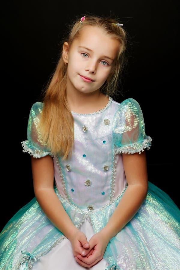 Λίγο πορτρέτο στούντιο μικρών κοριτσιών σε ένα μαύρο υπόβαθρο Περίβολος στοκ φωτογραφία με δικαίωμα ελεύθερης χρήσης