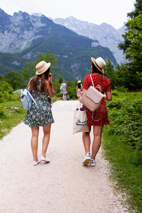 Λίμνη Konigssee, γερμανικά - 29 Μαΐου 2018: Δύο κορίτσια περπατούν κατά μήκος της πορείας στα βουνά στοκ φωτογραφία