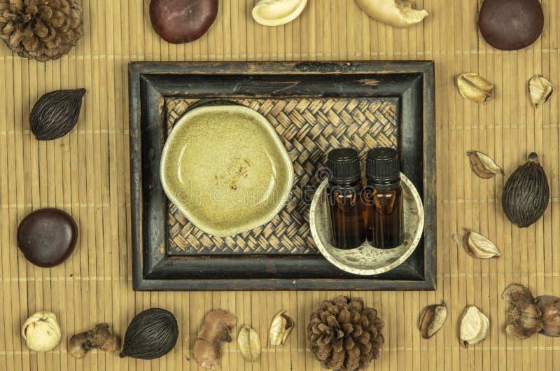 Λαμπτήρας αρώματος με το ουσιαστικό πετρέλαιο και ποτ πουρί στο ξύλινο υπόβαθρο χαλιών μπαμπού στοκ φωτογραφίες με δικαίωμα ελεύθερης χρήσης