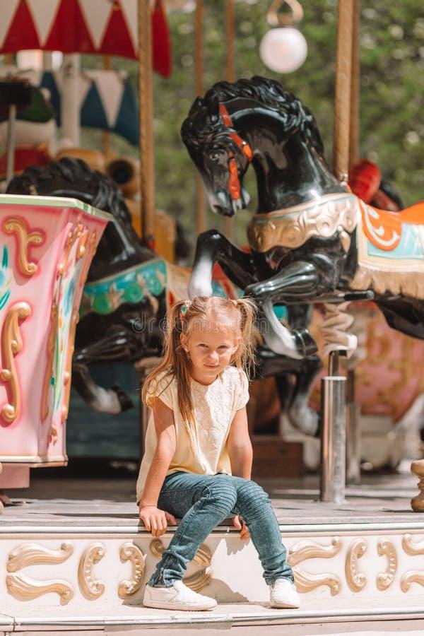 Λατρευτό μικρό κορίτσι κοντά στο ιπποδρόμιο υπαίθρια στοκ εικόνα με δικαίωμα ελεύθερης χρήσης