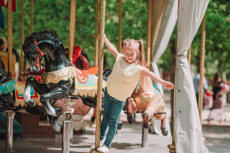 Λατρευτό μικρό κορίτσι κοντά στο ιπποδρόμιο υπαίθρια στοκ εικόνες