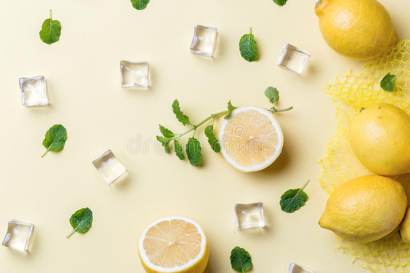 Λεμόνια και κύβοι πάγου στοκ εικόνα