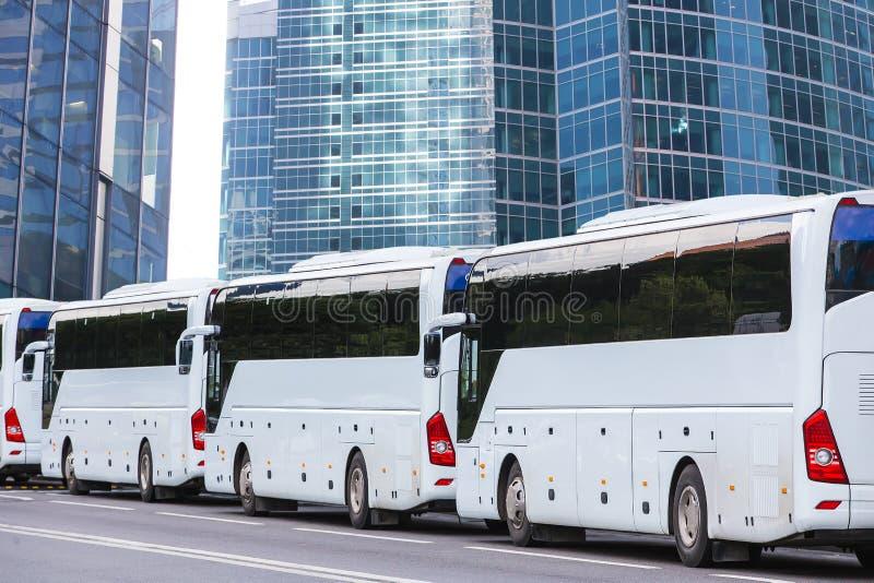 Λεωφορεία τουριστών σε μια οδό πόλεων στοκ φωτογραφίες με δικαίωμα ελεύθερης χρήσης