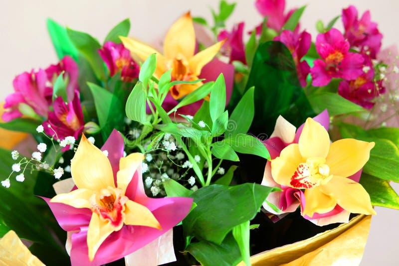 λεπτή ανθοδέσμη των όμορφων λουλουδιών στοκ εικόνα με δικαίωμα ελεύθερης χρήσης