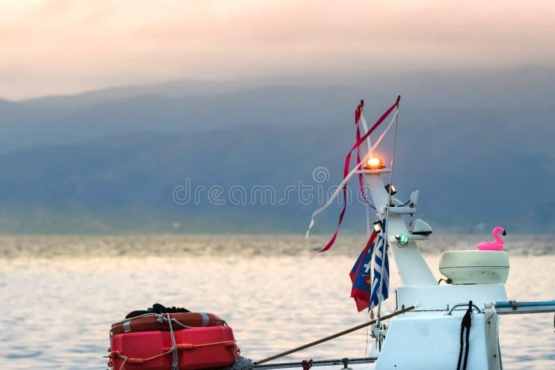 Λεπτομέρεια του τοπ φωτός ναυσιπλοΐας ενός ταξί θάλασσας που πλέει σε Hydra, Ελλάδα στοκ φωτογραφία με δικαίωμα ελεύθερης χρήσης