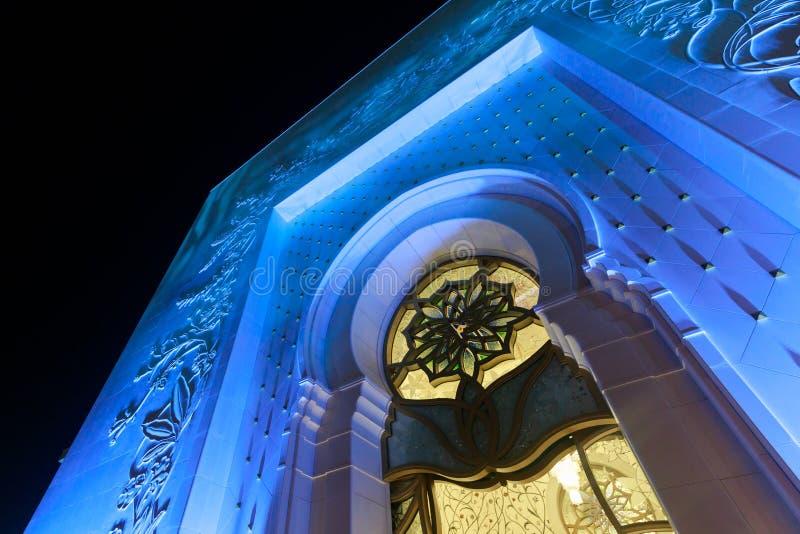 Λεπτομέρειες της εξωτερικής πρόσοψης του Sheikh μεγάλου μουσουλμανικού τεμένους Zayed που φωτίζεται με το μπλε φως το βράδυ στοκ φωτογραφία με δικαίωμα ελεύθερης χρήσης