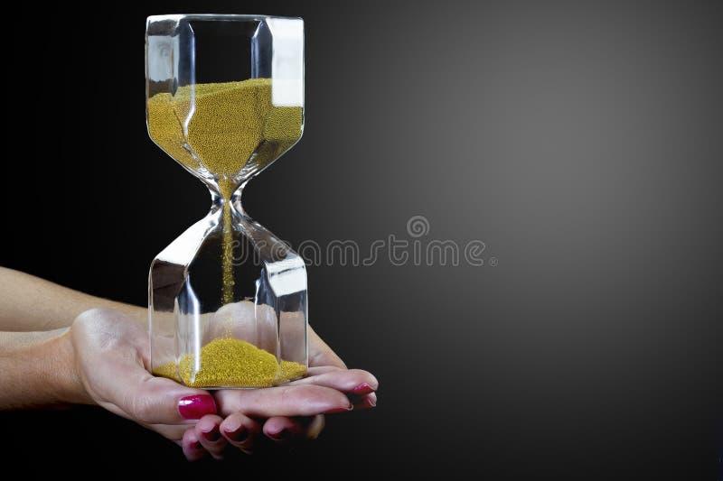 λεπτομερές ιδιαίτερα ρολόι άμμου απεικόνισης κλεψυδρών Κλεψύδρα των κίτρινων μεταλλικών σφαιρών στοκ φωτογραφία με δικαίωμα ελεύθερης χρήσης