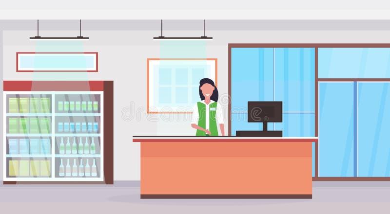 Λιανικός ταμίας γυναικών στην αντίθετη πωλήτρια υπεραγορών ελέγχων στο ομοιόμορφο εσωτερικό επίπεδο αγοράς παντοπωλείων έννοιας α διανυσματική απεικόνιση