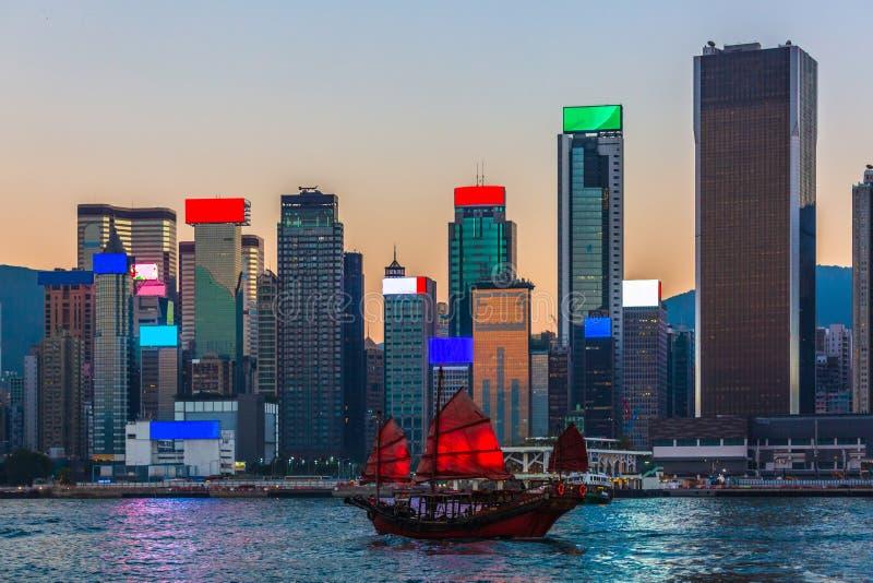 Λιμάνι Χονγκ Κονγκ, ξύλινο πλέοντας σκάφος παραδοσιακού κινέζικου με τα κόκκινα πανιά στο λιμάνι Βικτώριας, Χονγκ Κονγκ στοκ φωτογραφία