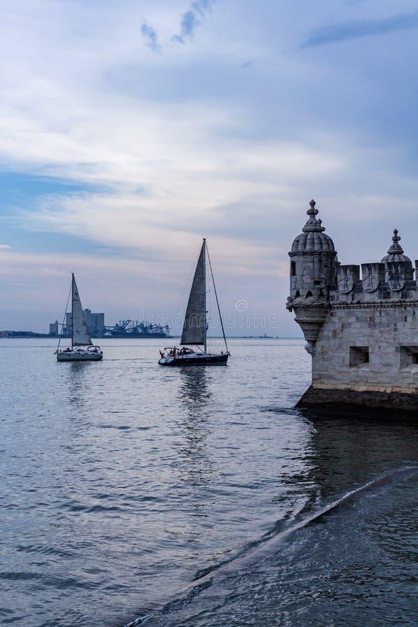 Λισσαβώνα Πορτογαλία 7 Μαΐου 2018 Άποψη μιας μερίδας του διάσημου πύργου της Βηθλεέμ Δίπλα σε το, μικρό sailboats πανί στον ποταμ στοκ φωτογραφία με δικαίωμα ελεύθερης χρήσης