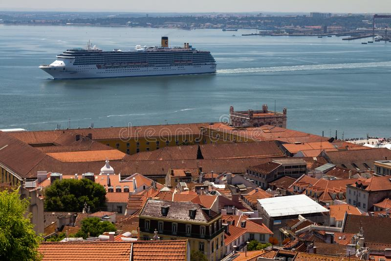 Λισσαβώνα Πορτογαλία 7 Μαΐου 2018 Ένα τεράστιο κρουαζιερόπλοιο πλησιάζει το λιμένα της πόλης της Λισσαβώνας Χαρακτηριστικές στέγε στοκ φωτογραφίες