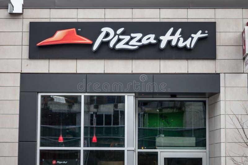 Λογότυπο της Pizza Hut μπροστά από το τοπικό εστιατόριό τους στην Οττάβα, Οντάριο στοκ φωτογραφία