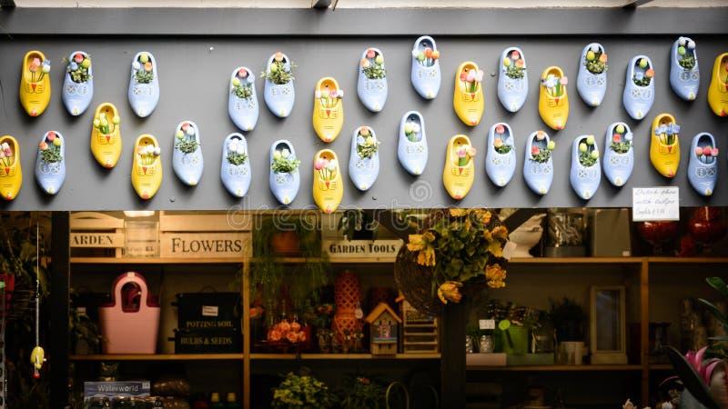 Λουλούδι και clogs κατάστημα σε Bloemenmarkt, Άμστερνταμ Κάτω Χώρες Το Μάρτιο του 2015 στοκ εικόνα