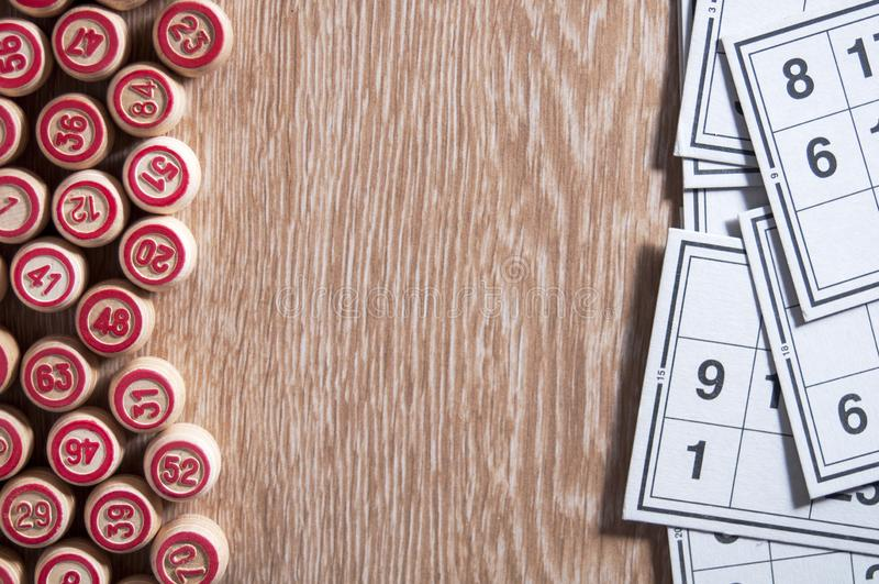 Λότο επιτραπέζιων παιχνιδιών πίνακας ξύλινος Στο δικαίωμα είναι κάρτες για το παιχνίδι, στο αριστερό βρωμίστε είναι τα βαρέλια Εν στοκ φωτογραφίες