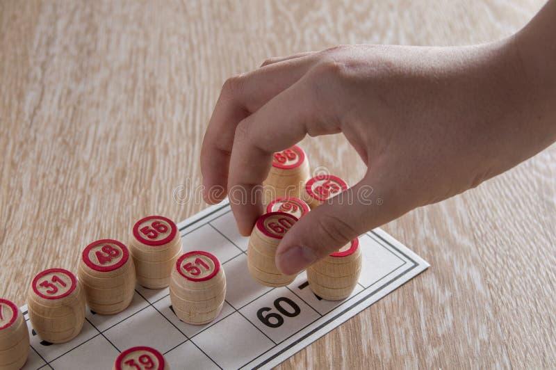 Λότο επιτραπέζιων παιχνιδιών πίνακας ξύλινος Το άτομο βάζει το τελευταίο τσιπ και κερδίζει Ενθουσιασμός και καλή τύχη Ψυχαγωγία ο στοκ φωτογραφίες