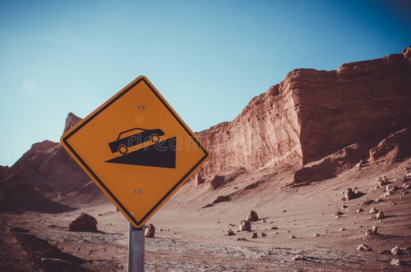 Λόφοι ερήμων μετά από το μεγάλο σήμα αυτοκινήτων κλίσεων σε Atacama, Χιλή στοκ εικόνες