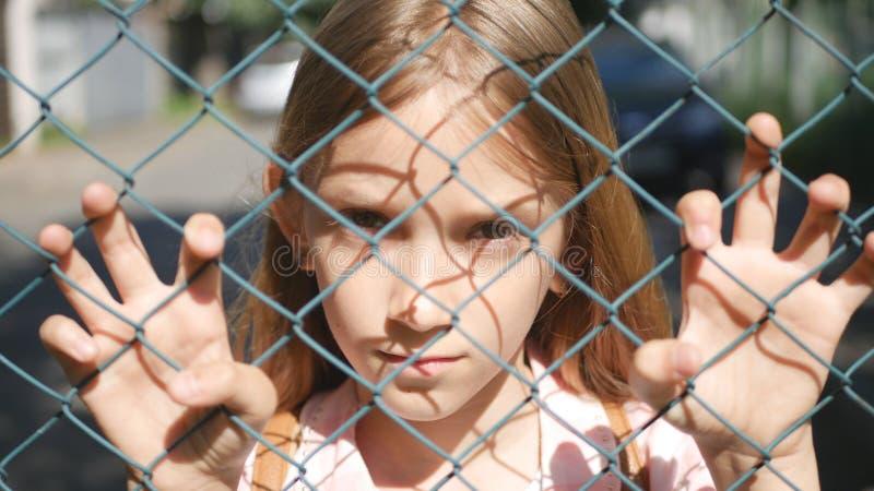 Λυπημένο καταθλιπτικό παιδί εγκαταλειμμένο, δυστυχισμένο περιπλανώμενο ορφανό να φανεί παιδιών κοριτσιών κάμερα στοκ εικόνες με δικαίωμα ελεύθερης χρήσης